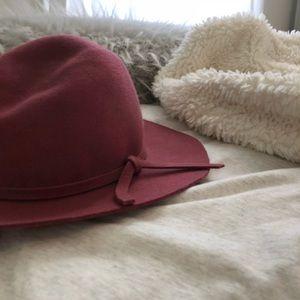 Super cute day hat!